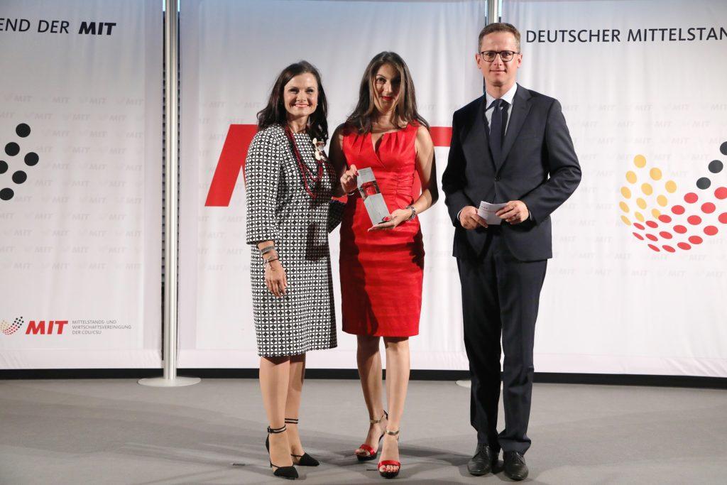Laudatorin Gitta Connemann, MdB, Preisträgerin Emitis Pohl und Bundesvorsitzender der MIT Dr. Carsten Linnemann Bildquelle: MIT Bund