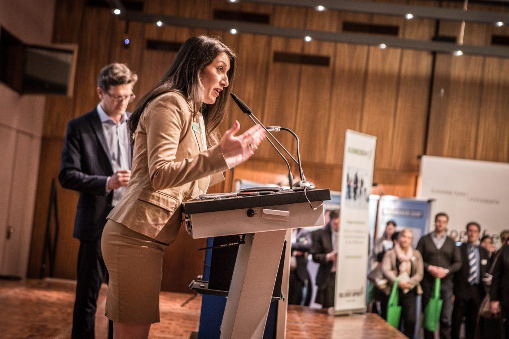 Emitis Pohl bei der Begrüßung ihrer Eigenveranstaltung Cologne Business Day 2016, Fotograf Parham Farajollahi
